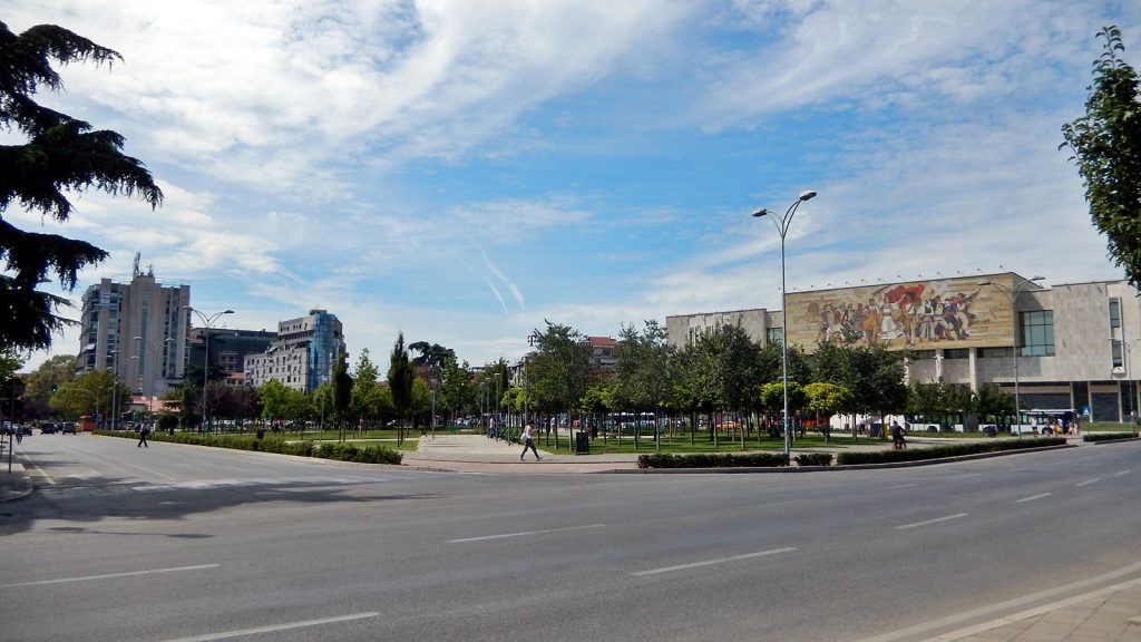 Blick vom Skanderbeg-Platz auf das Nationalmuseum, Tirana, Albanien