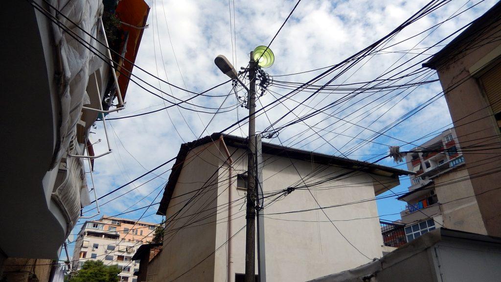 Chaotische Stromleitungen in Tirana