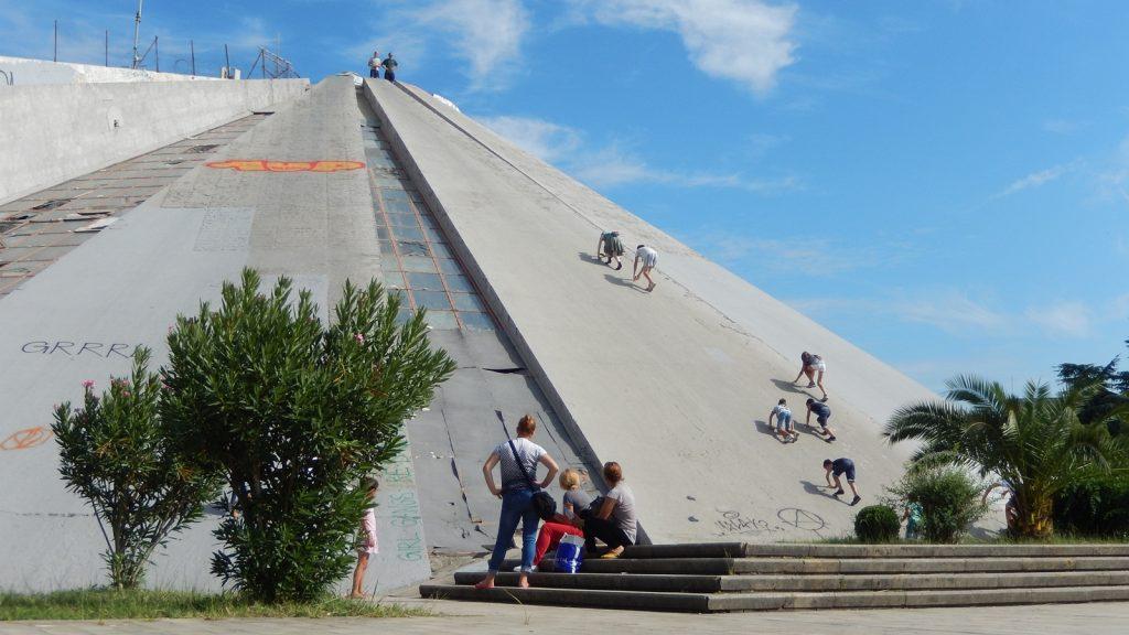 """Beliebter """"Kletterberg"""": Die Pyramide, Tirana, Albanien"""