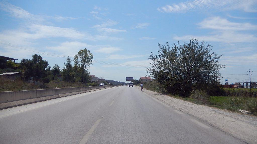 Fahrradfahrer auf der Autobahn - normal in Albanien