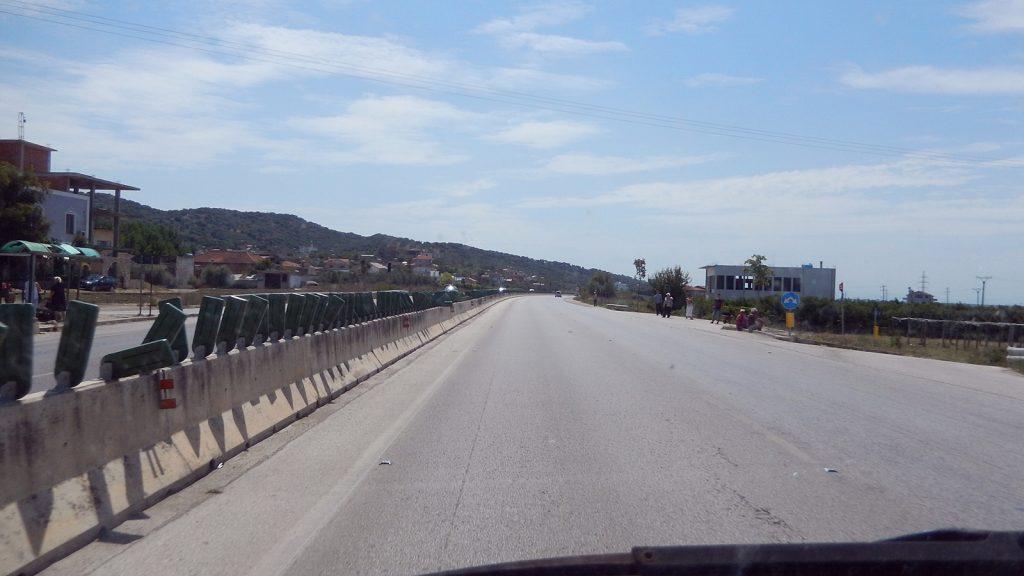 Bushaltestelle auf der Autobahn, Albanien