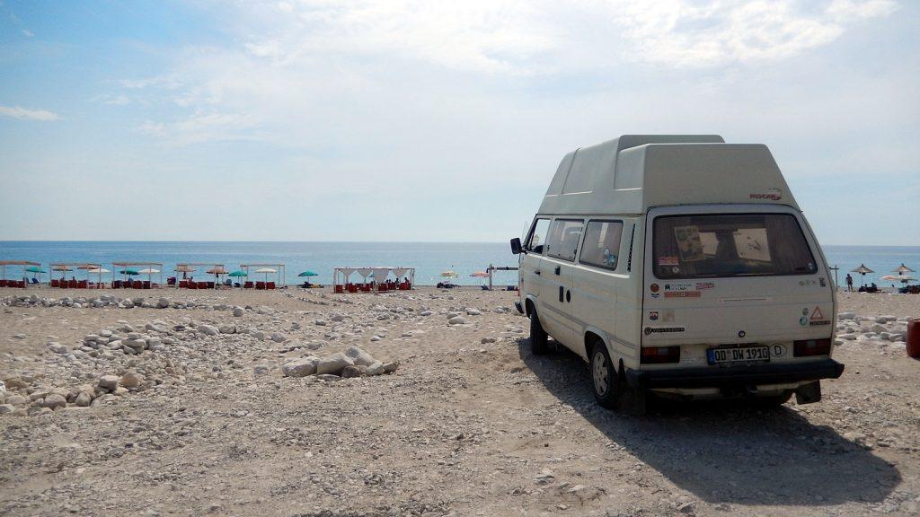 VW Bus Bulli Didimobil am Strand, Albanien