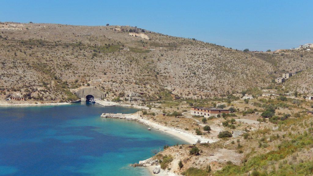 Ehemaliger U-Boot-Bunker bei Porto Palermo, Albanien Roadtrip