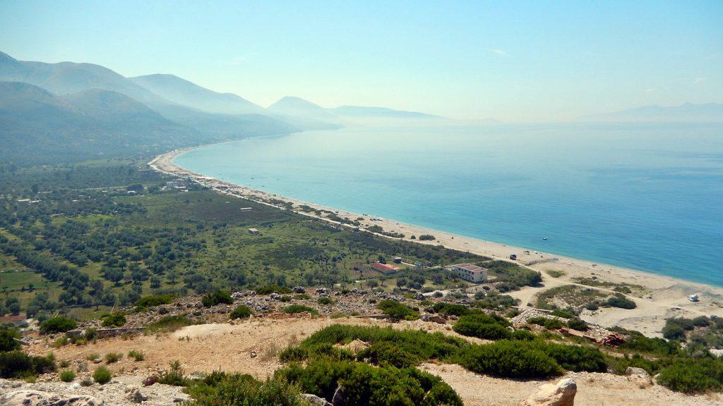 Endloser menschenleerer Strand bei Borsh, Albanien