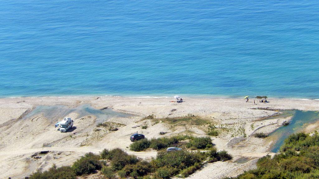 Camper am Strand von Borsh, Albanien