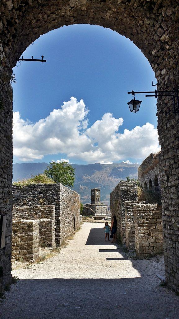 Blick von der Burg auf den Uhrturm, Gjirokaster, Albanien