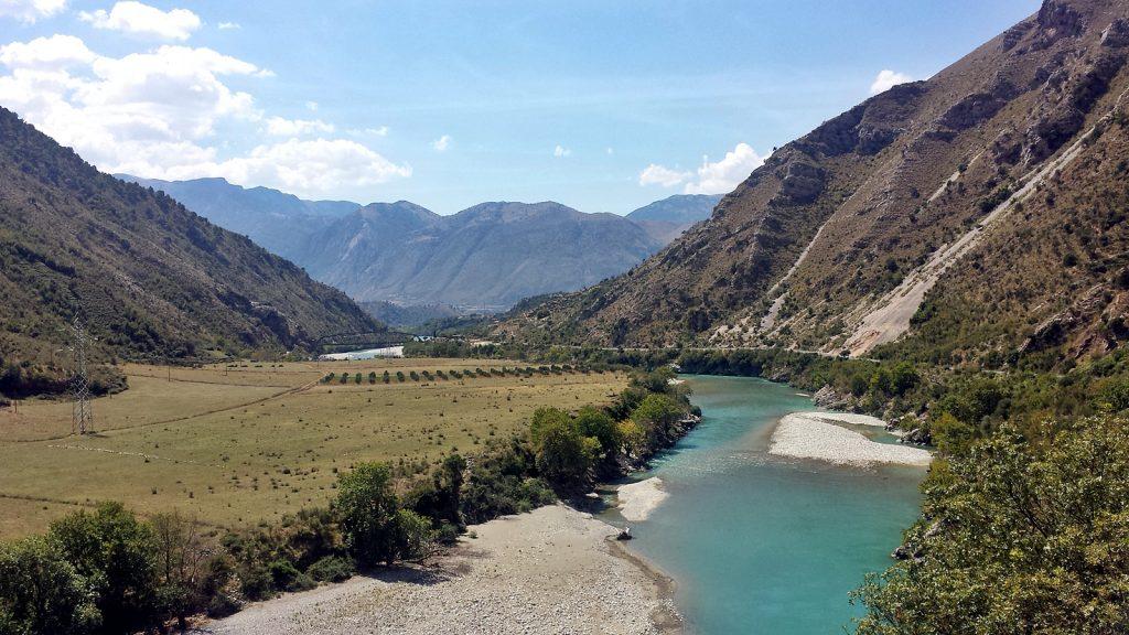 Tief türkisfarbener Vjosa-Fluss