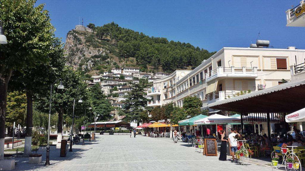 Fußgängerzone mit Blick auf den Burgberg, Berat, Albanien