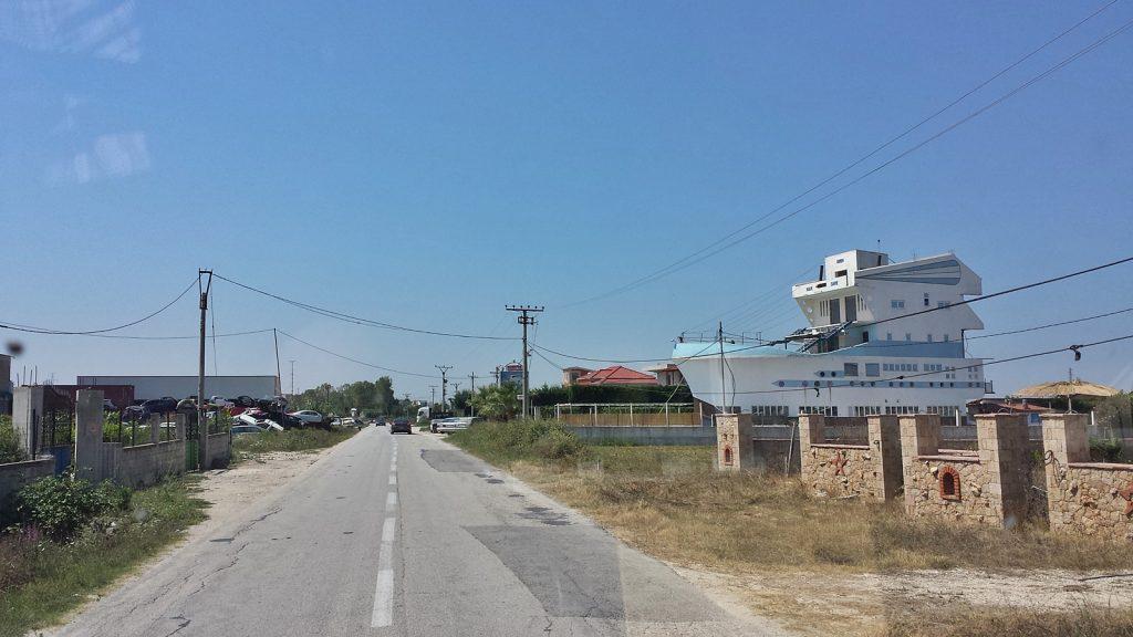 Schiff oder Haus? Albanien, Fier