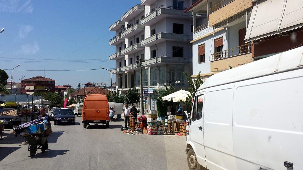 Roadtrip Albanien Wochenmarkt auf der Hauptstraße