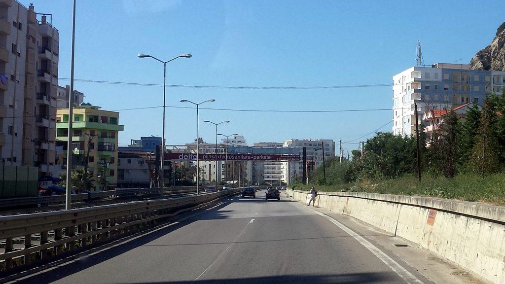 Bushaltestelle auf der Autobahn bei Durres