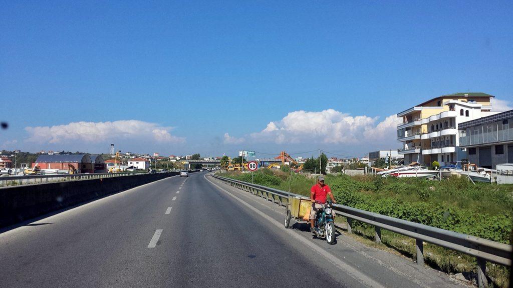 Falschfahrer auf der Autobahn, Durres Tirana Albanien