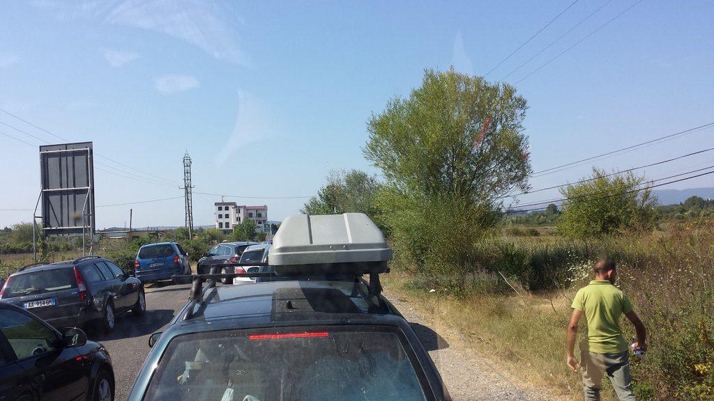 Lange Warteschlange bei der Ausreise Grenze Albanien Montenegro