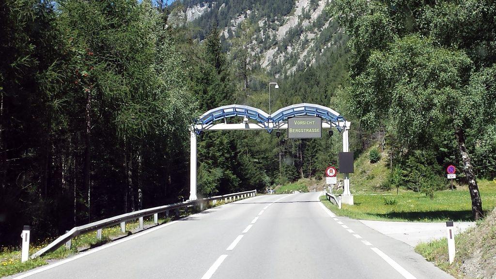 Vorsicht Bergstraße Felbertauern Österreich Roadtrip Bulli