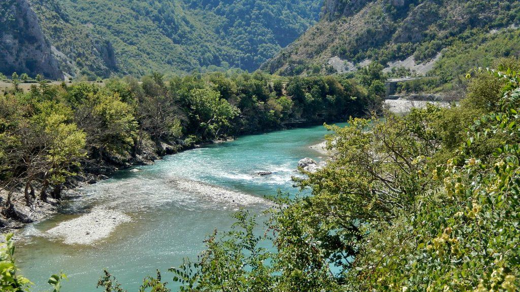 Unglaubliche Farben des Wassers, Vjosa-Tal, Albanien