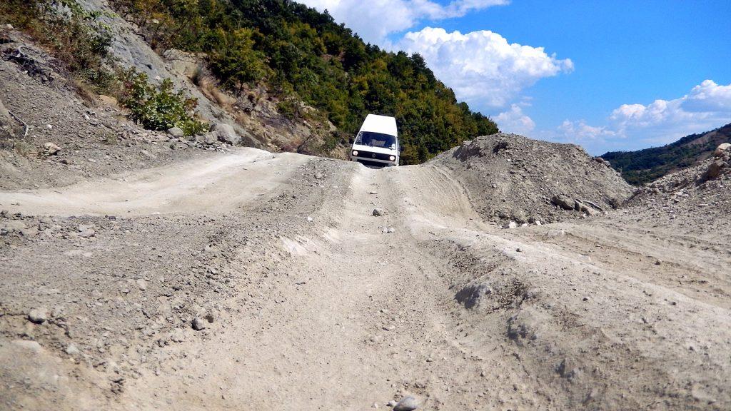 Offroad-Piste als Bundesstraße: Roadtrip mit dem Bulli durch Albanien