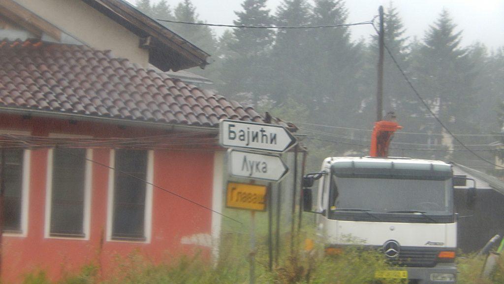 Falscher Wegweiser auf kyrillisch nach Bajici und Luka statt nach Banja Luka