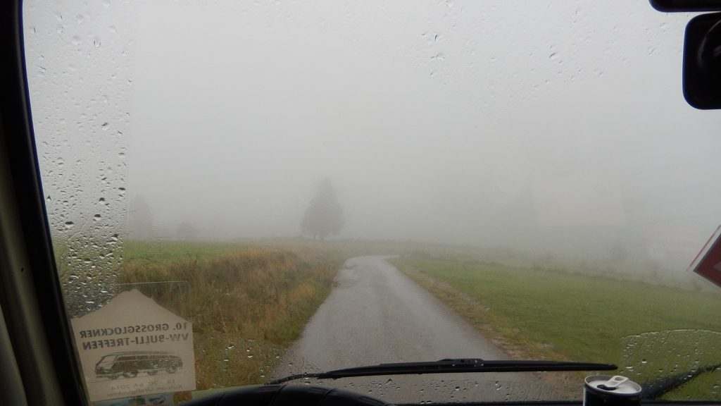 Bosnien Roadtrip Bulli Feldweg Nebel