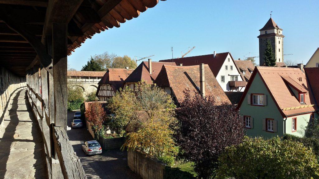 Blick von der Stadtmauer auf Rothenburg ob der Tauber