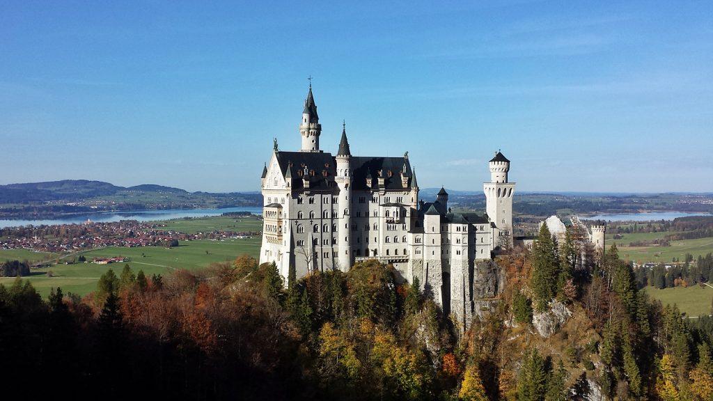 Schloss Neuschwanstein von der Marienbrücke. Im Hintergrund der Forggensee