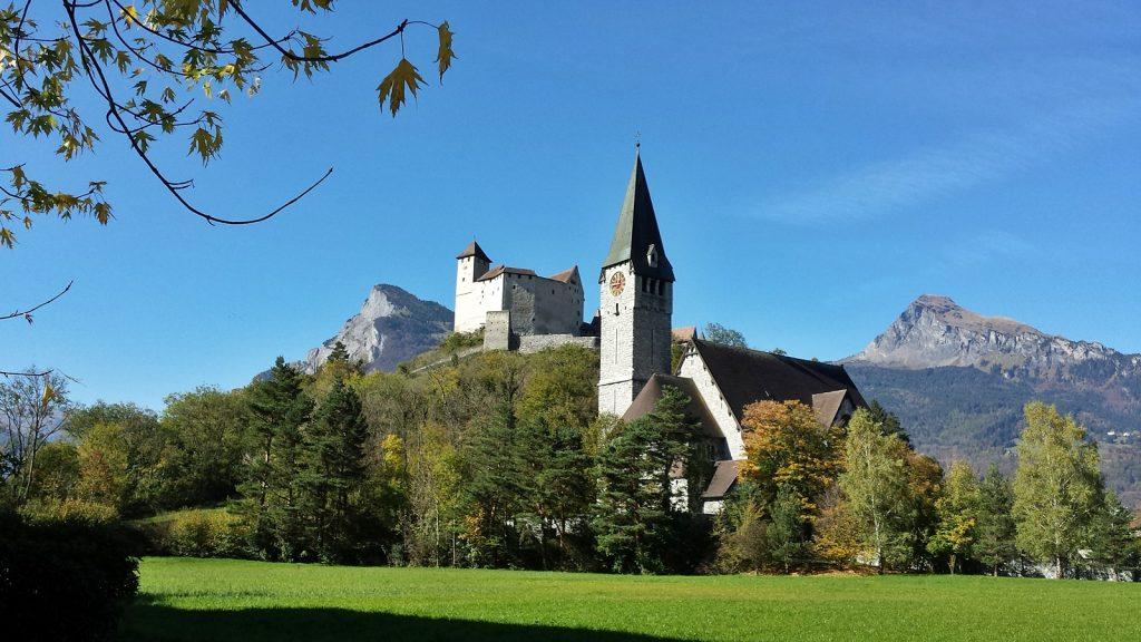 Burg Gutenberg mit Pfarrkirche St.Nikolaus, Balzers, Liechtenstein