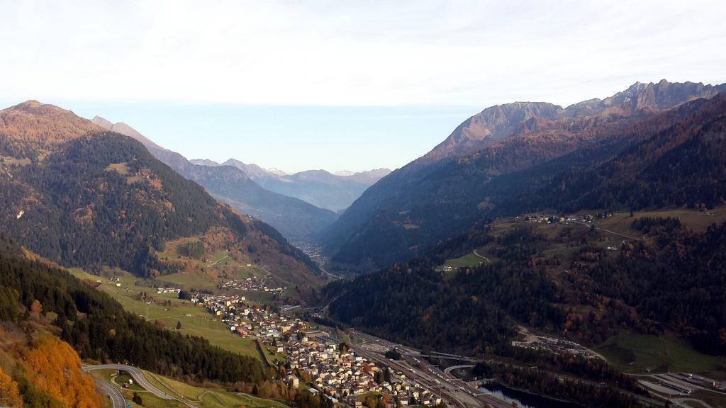 Airolo, im Hintergrund Ambri