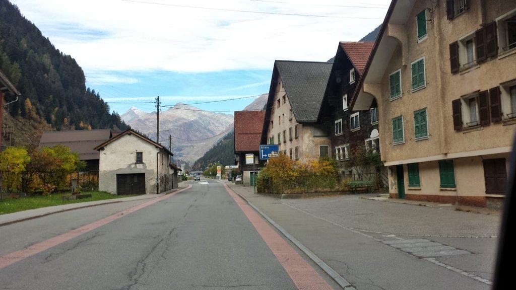 Stattliche Häuser in Ambri, die meisten unbewohnt. Im Hintergrund das Gotthardmassiv