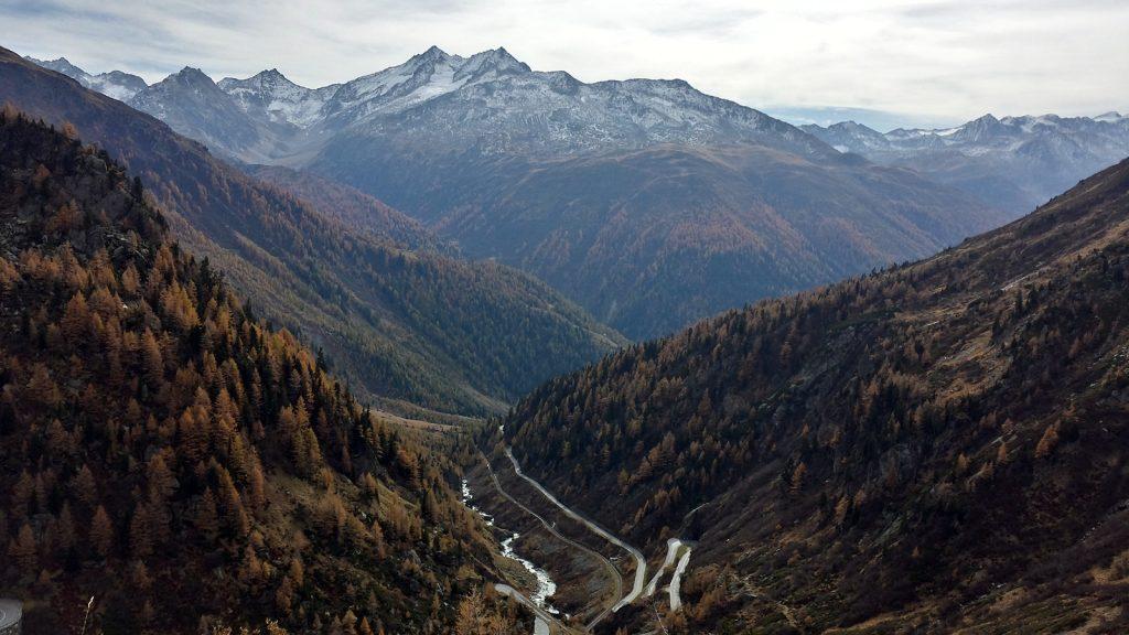 Blick zurück ins Tal der erst wenige Kilometer jungen Rhone