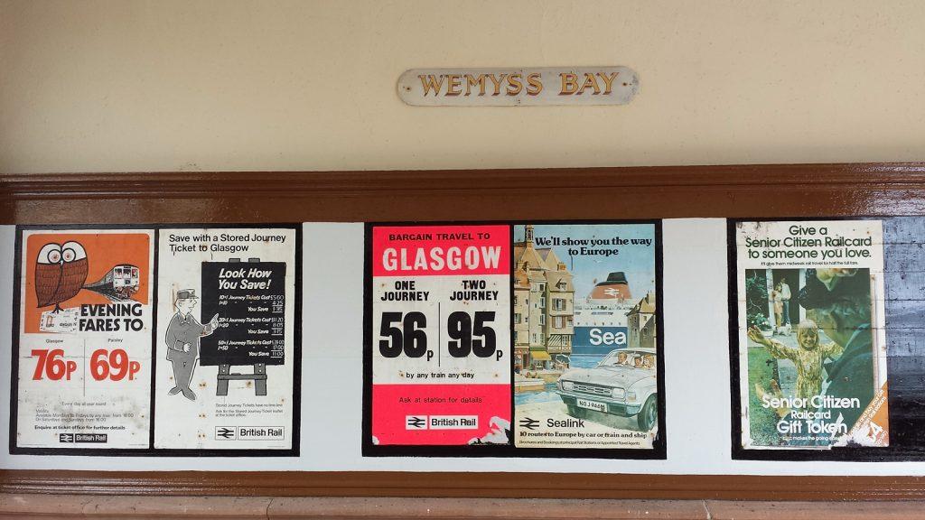 Fast schon antike Werbeplakate im Bahnhof von Wemyss Bay