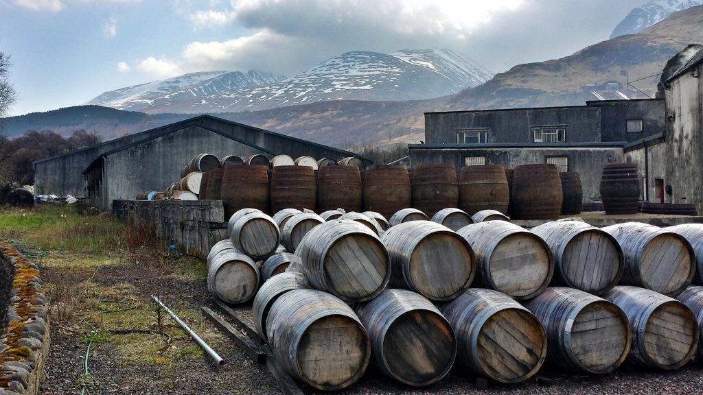 Whiskyfässer, im Hintergrund Ben Nevis