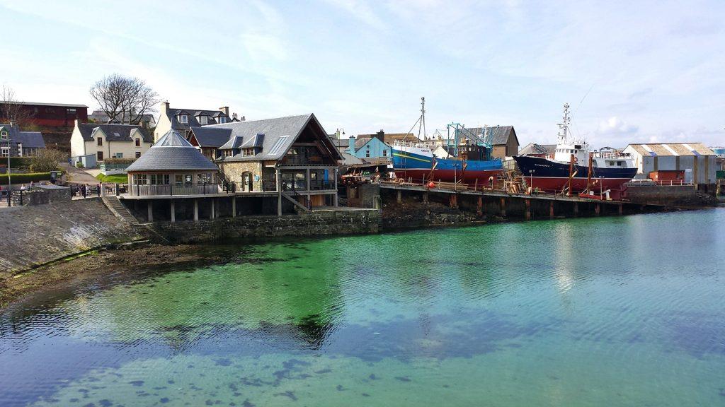 Kristallklares Wasser im Hafen von Mallaig