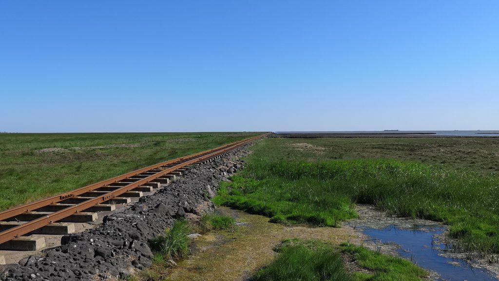 Bei Flut liegen die Gleise im Wasser: Halligbahn nach Oland und Langeness