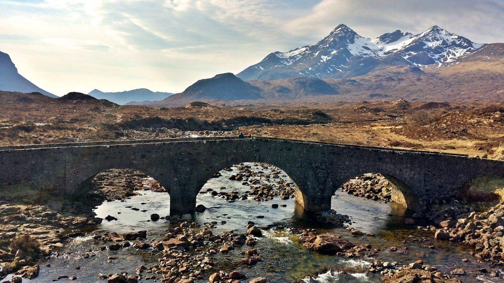 Alte Steinbrücke in Sligachan, im Hintergrund die Cuillin Hills