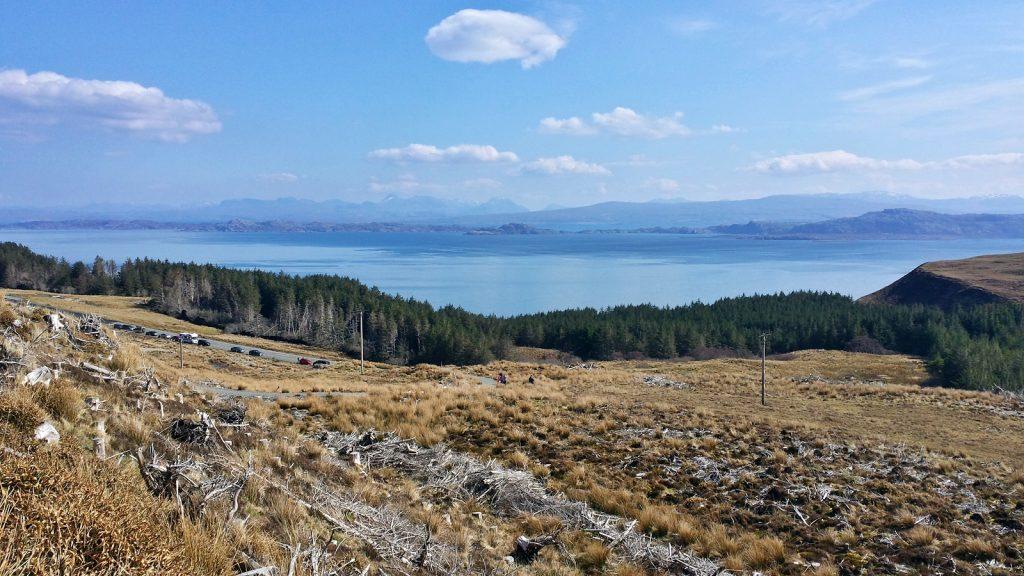 Rechts Raasay, links Rona, im Hintergrund das schottische Festland