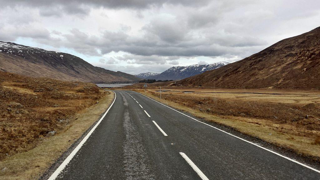 Unterwegs entlang der A87, im Hintergrund Loch Cluaine