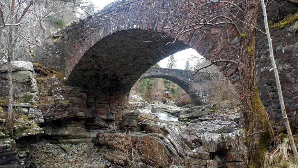 Invermoriston Falls mit den beiden Steinbogenbrücken