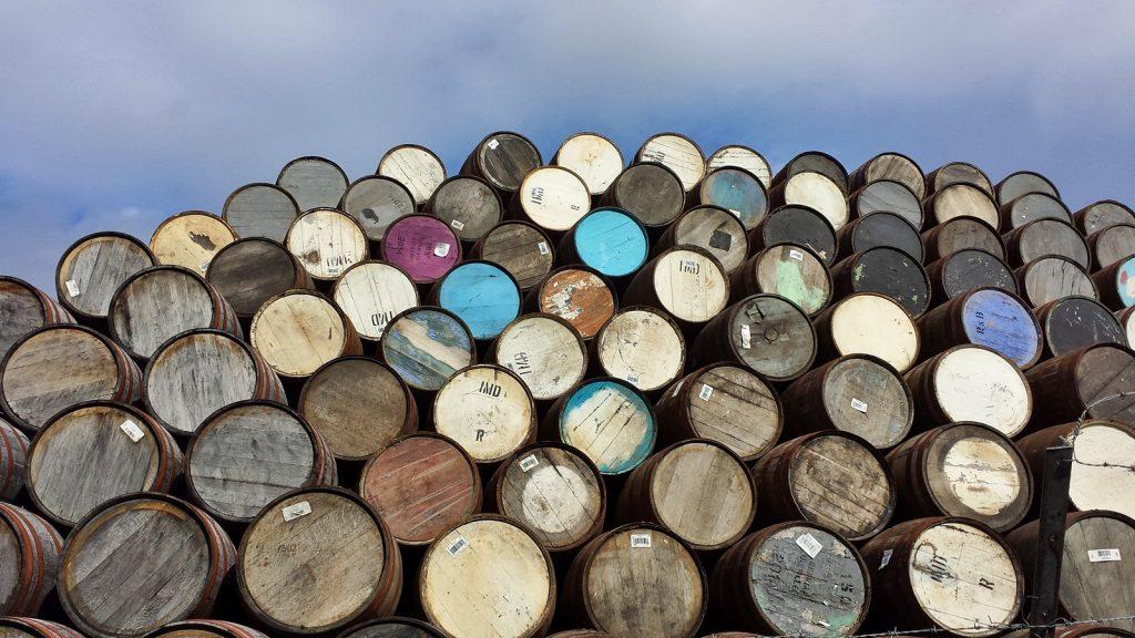 Viele bunte Whisky-Fässer: Speyside Cooperage