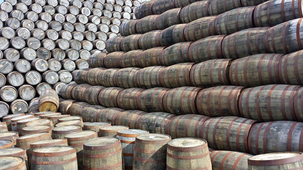 Whiskyfässer, so weit das Auge reicht