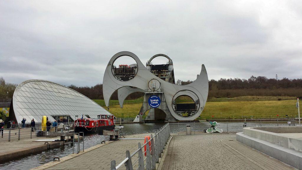 Falkirk Wheel, das Boot in dem linken oberen Trog wird gerade nach unten gedreht