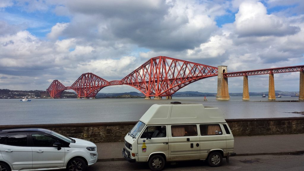 Didimobil vor der Firth of Forth Eisenbahnbrücke