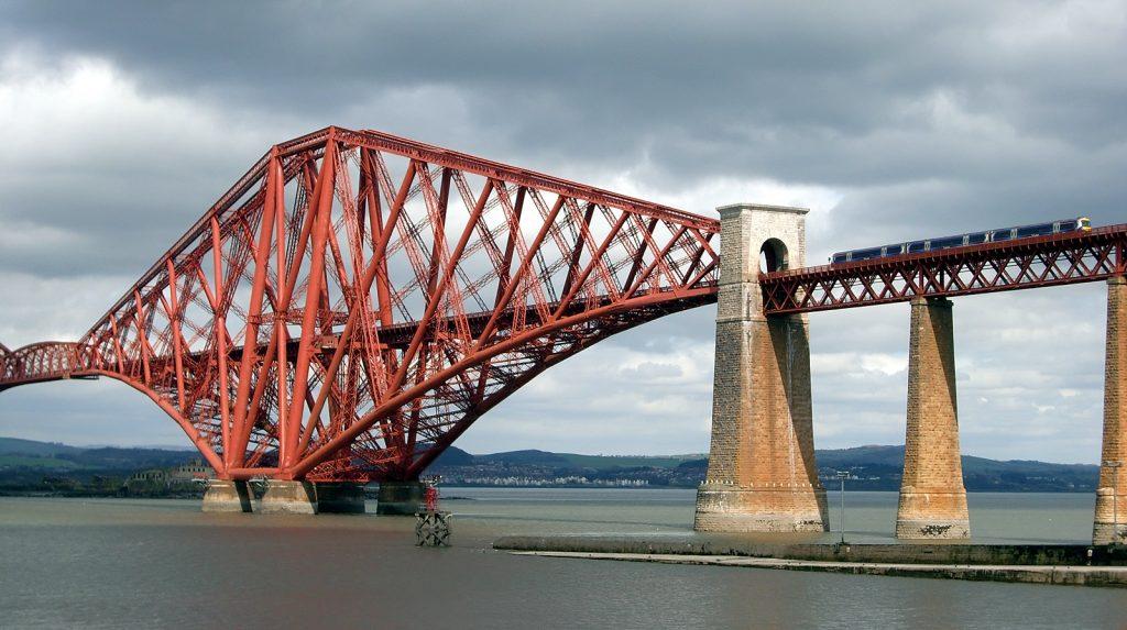 Zug auf der Forth Bridge