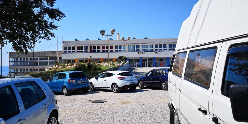 Parkplatz an der Schule, Strobeč