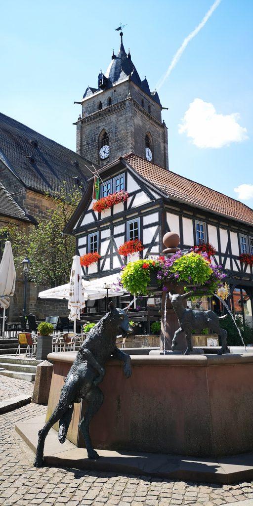 Brunnen mit Wolfstatue vor der evangelischen Kirche, Wolfhagen