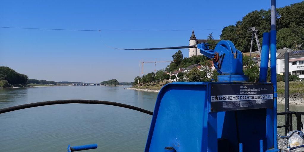 """Die Ottensheimer Drahtseilbrücke """"hängt"""" an einem über die Donau gespannten Stahlseil."""