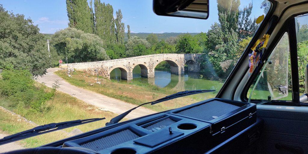 Alte Steinbrücke mitten in der Pampa
