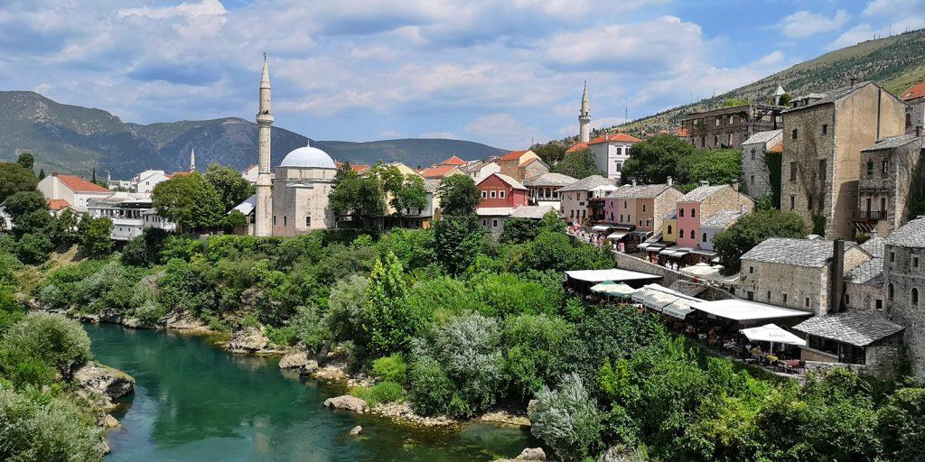 Blick von der Brücke auf den bosniakischen Ostteil Mostars
