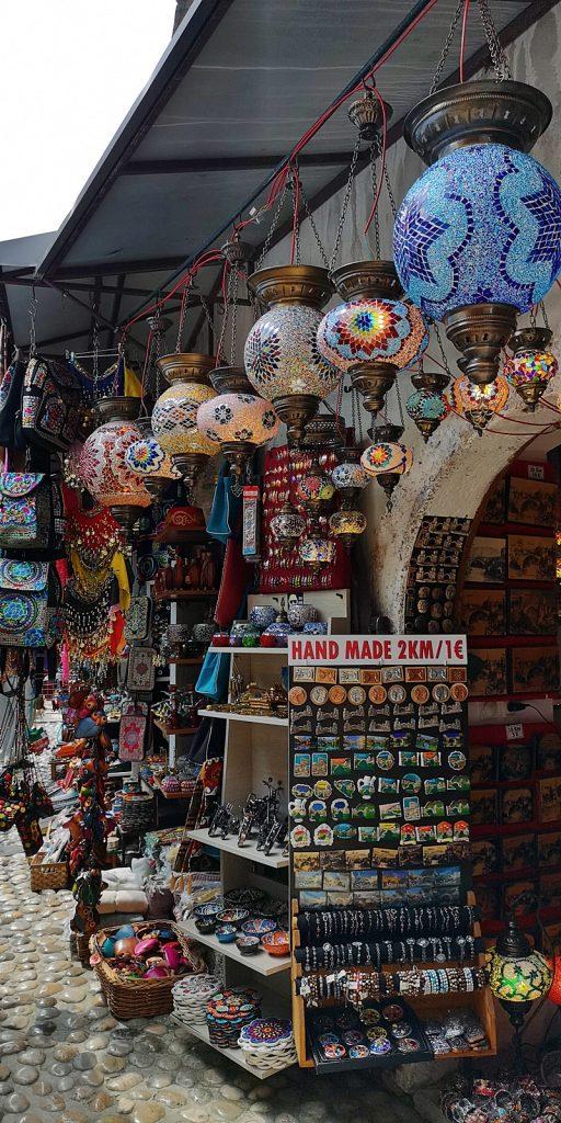 Lampen und Touristennepp in den Gassen von Mostar