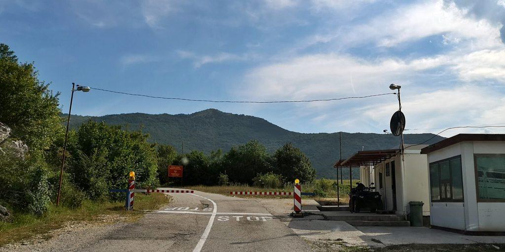 Idyllische Grenze zwischen Bosnien und Montenegro nur für Einheimische