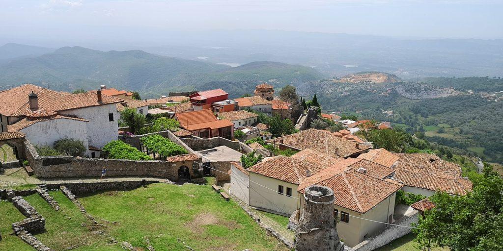 Blick auf die alte Festungsanlage mit den Resten der alten Moschee im Vordergrund