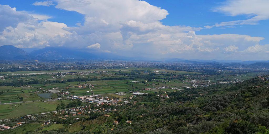 Blick von der Burg von Preza, in der Mitte der Flughafen, im Hintergrund Tirana